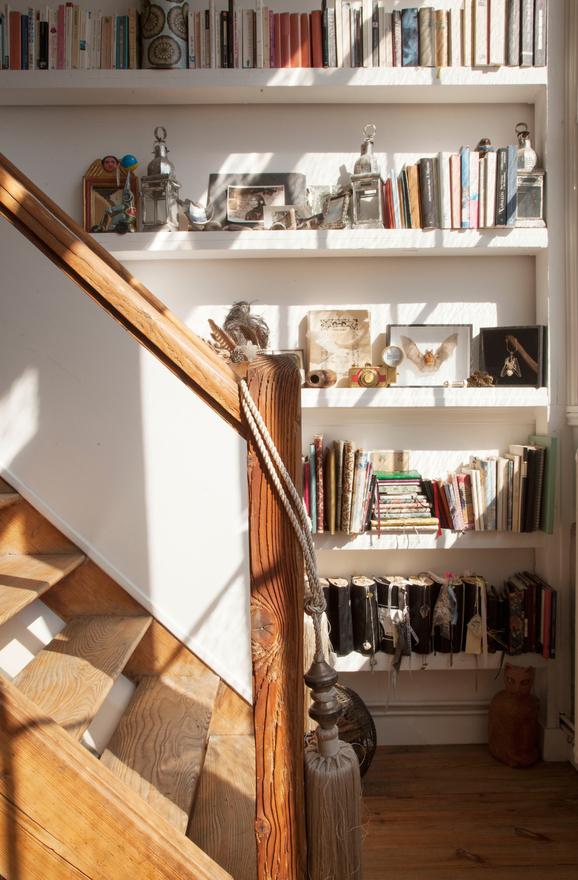 maya-interieur-parisien-appartement-atelier-artiste-parisienne-bibliotheque